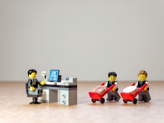 relation bancaire avec figurines lego