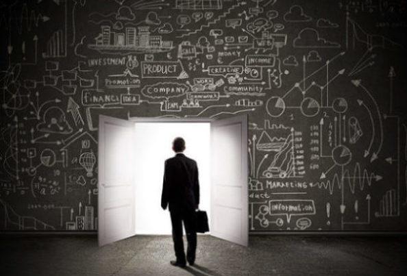 homme devant un mur de calcul et une porte pour passer outre.